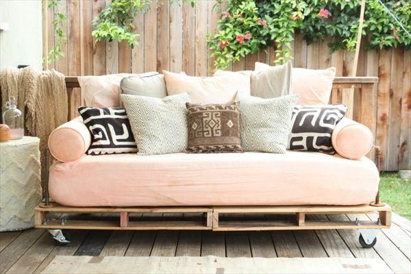 viele dekokissen auf einem sofa aus paletten im garten gartenm bel aus paletten 30. Black Bedroom Furniture Sets. Home Design Ideas