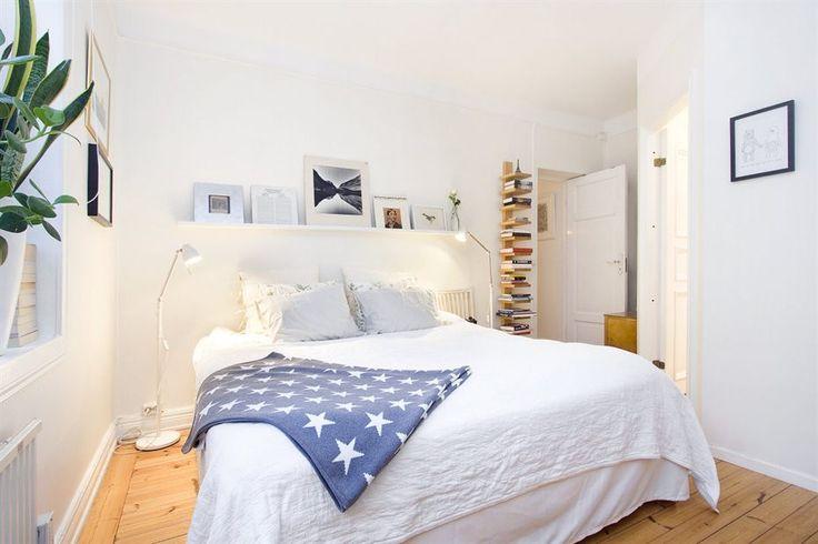 Спальня с пространством для двуспальной кроватью.