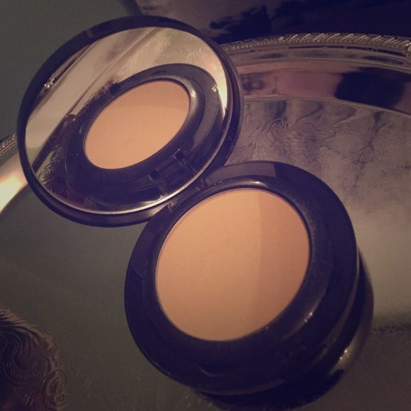Laura Mercier Foundation Powder #05 Has been used a couple times, does not include sponge in underneath compartment. Laura Mercier's Foundation Powder can be applied dry with a puff to reduce shine or as a touch-up over a liquid foundation or Tinted Moisturizer. Laura Mercier Makeup Foundation
