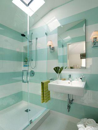 """<a href=""""http://bbel.com.br/decoracao/post/bbel-viu-e-gostou/banheiros-com-paredes-listradas"""">Listras verticais, horizontais, finas, grossas, neutras ou coloridas</a> podem ser feitas com pintura, papel de parede resistente à umidade e até com cerâmica. As paredes ficam lindas! Confira!"""