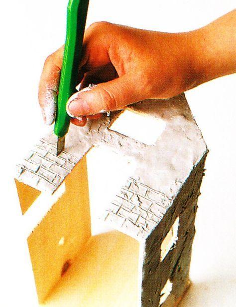 Per costruire un presepe artigianale con il fai da te, bisogna munirsi di compensato, colla a caldo, gesso, sabbia e poco altro. Qui, la guida passo passo