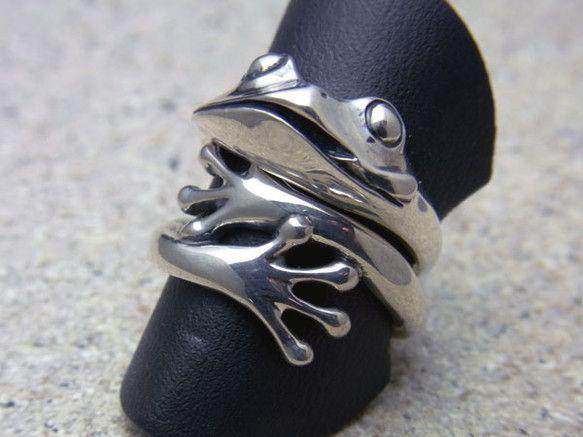 蛙の手のリングと舌出し蛙のリングを組み合わせるとこんな風に蛙が指を抱いてるように見えます。もちろん、それぞれ単体でも使えるので気分でいろいろ楽しめます。 素材:silver925 サイズ#11、13、15、17 その他のサイズもサイズ直しで対応できます。 ※セットリングとしてはめる場合、2本の指輪の後にはめるほう指輪は若干きつく感じる方もいらっしゃいます