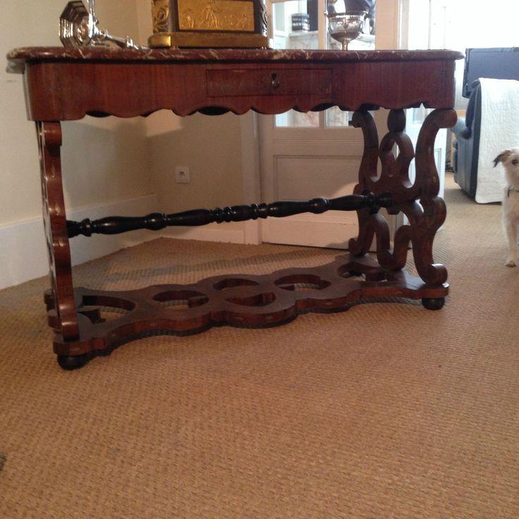 table de milieu en marquéterie , incrustations de filets de laiton , dessus marbre bec de corbin , piétement ajouré  . XIX siècle.