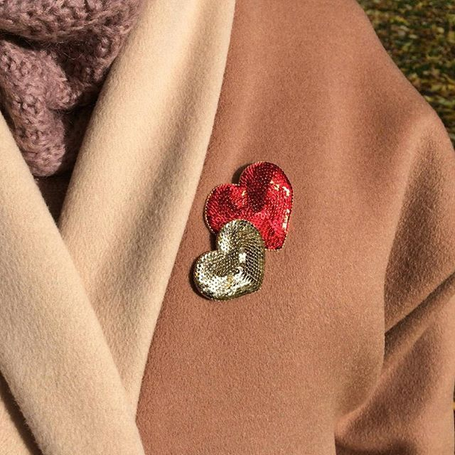 Милая новинка - искрящиеся сердечки ❤️ Простота и яркость в итальянских пайетках с обрамлением ювелирным японским бисером ✨ Это две отдельные брошки, которые можно носить и вместе (пролистайте фото в деталях). Они совершенно невесомы, прекрасны и на кашемиром пальто (как на модели), и на тонких тканях . Сейчас в наличии эта пара - броши доступны как по отдельности, так и вместе Красное - 1600❤️ (5,5×4,5 см) Серебристо-золотое - 1400✨ (4,5×4 см) Комплект - 2700 . Можно заказать под...