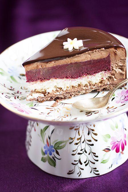 Читая разные рецепты, всегда отмечаю те, которые содержат наши родные ягоды. Этот торт вроде простой по вкусу - смородина-шоколад, но игра текстур и вкус шоколада Люкер делают его таким особенным. Авто