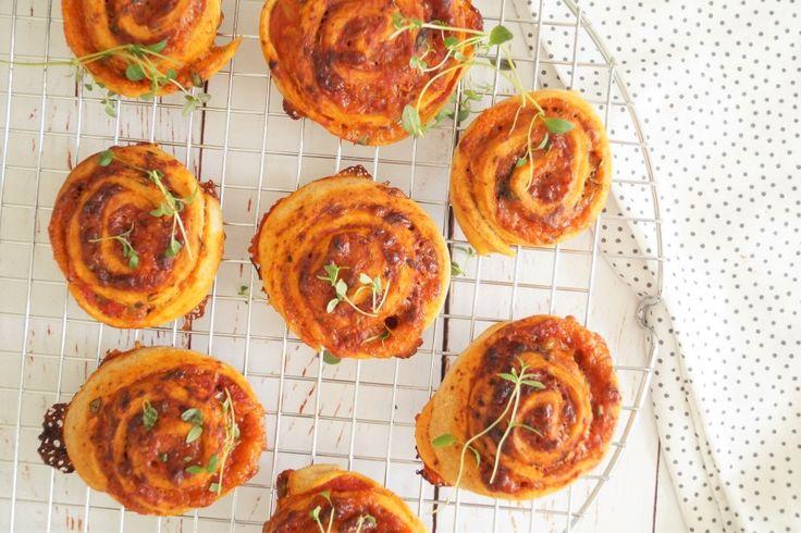 Pizzasnegle med cheddar og frisk timian - til madpakken eller børnefødselsdag.