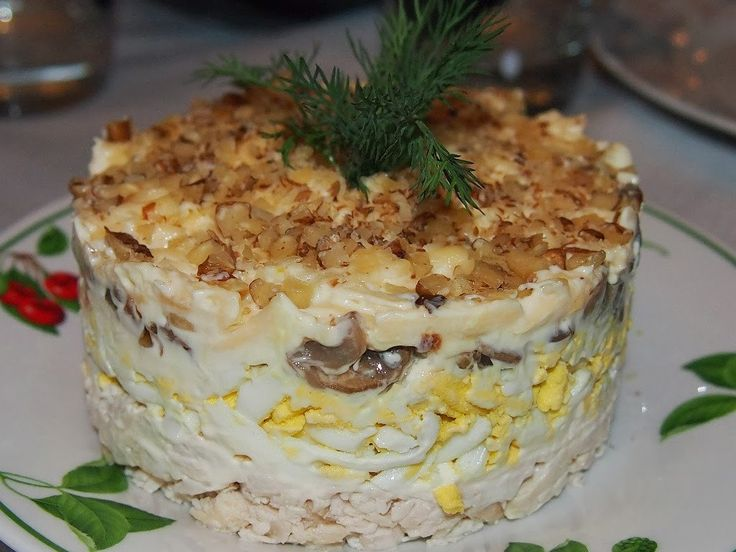 Самые вкусные рецепты: Салат с курицей, грибами и грецким орехами