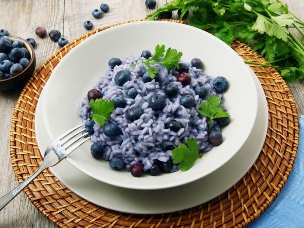 Risotto ai mirtilli e robiola: la ricetta del risotto alla frutta e formaggio che stupirà i vostri palati