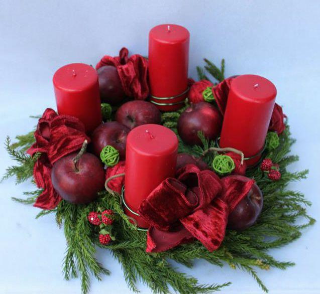 La corona d'Avvento è costituita da rami di abete e naturalmente quattro candele, può essere decorata con pigne, fiocchi, bacche e spezie. www.laflorealedistefania.it
