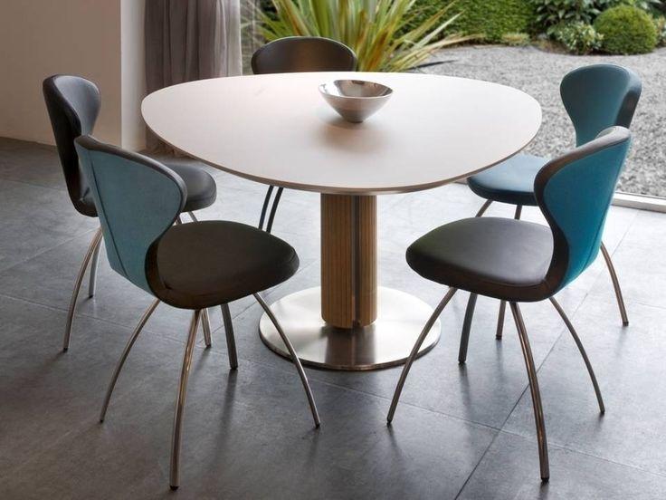 Mooie designtafel met een eivormig tafelblad. Eettafel Steely van Bree's New World heeft een stijlvol afgewerkte houten zuil. Moderne eettafel! Bekijk bij van de Pol Meubelen.
