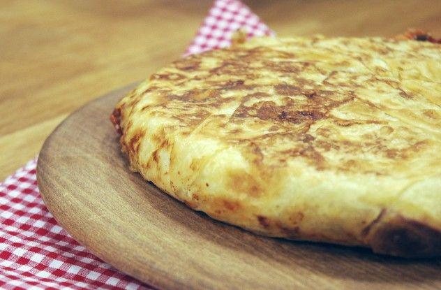 Tavada Paçanga Böreği Malzemeleri 2-3 adet yufka 250 gr. pastırma – çemensiz 1 su bardağı kaşar peyniri – rende 3 adet domates 3 adet sivri biber Zeytinyağı  Sıvı harç için malzemeler 1 su bardağı süt ½ su bardağı ayçiçeği yağı 1 adet yumurta  Sıvı harç için olan malzemeleri karıştırın ve kenara alın.  Börek için pastırmaları uzun doğrayın. Biber ve domatesi küçük doğrayın.  Bir tavaya zeytinyağı ekleyin ve biberleri kavurun. Ardından pastırmaları ekleyin, yumuşatın ve domatesi ekleyip bir…