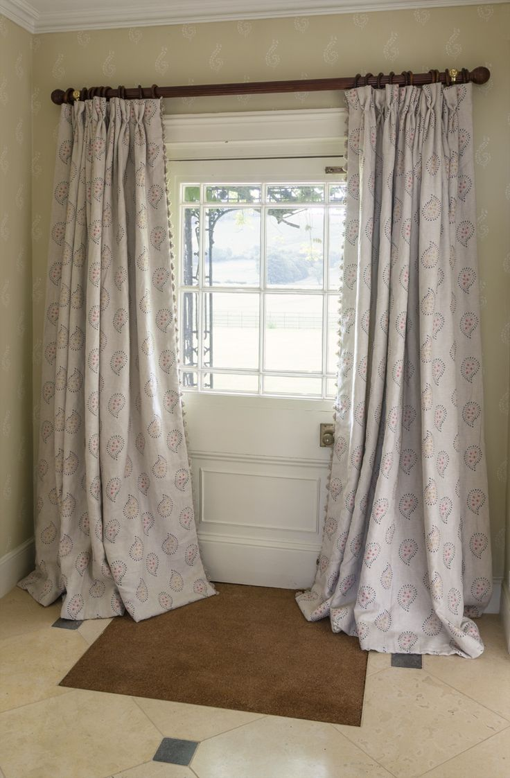 Use the large shalini wallpaper printed in a delicate Dove Grey with Ivory design to create a beautiful entrace hall. This subtle print is the perfect match for hand printed linen curtains in the Graphite Malathi design. #susiewatsondesigns #susiewatson
