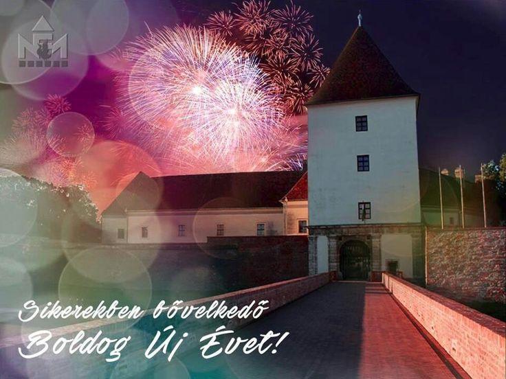 Egy kicsit vártunk, hogy mindenkinek elmondjuk:  Sikerekben bővelkedő boldog új évet kívánunk! Ha tehetitek, juttassátok el sok-sok barátotoknak és ismerősötöknek, hogy szeretettel várunk mindenkit 2016-ban is.  #castle #museum #muzeum #sarvar #hungary