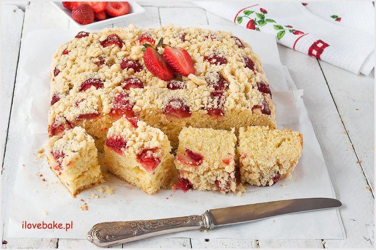 Ciasto drożdżowe truskawkami i kruszonką to jedno z tych wypieków, które na długo zapadają w pamięć. Tutaj w wersji bez wyrabiania.
