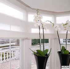 met genoeg ruimte voor de vouwgordijnen - fris witte orchideeën
