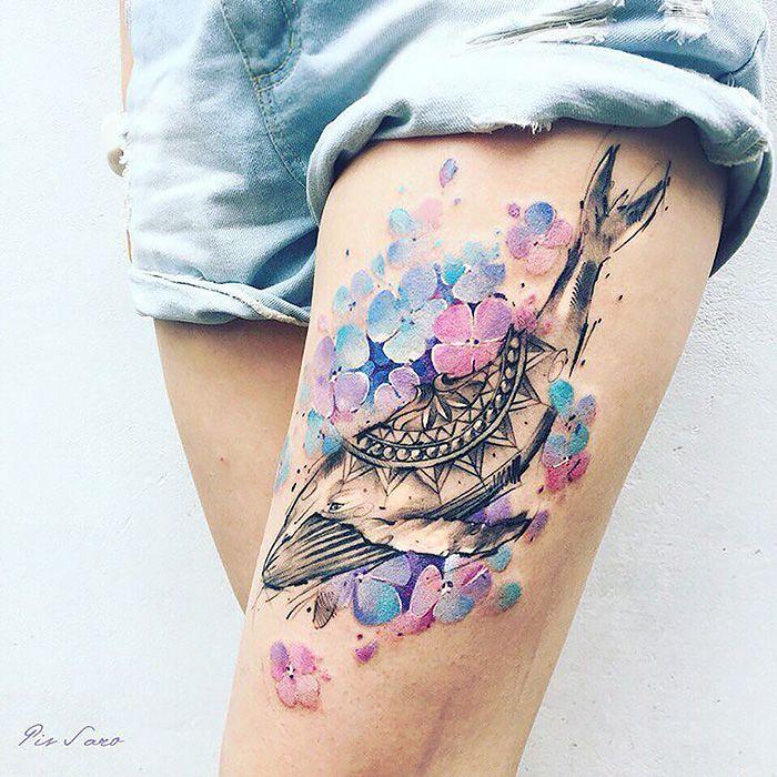 A tatuadora Pis Saro cria belas tatuagens inspiradas na natureza. Seu estilo traz paz e um pouco de tensão ao mesmo tempo, enquanto as tatuagens, que são criadas para homens e mulheres, têm tantos detalhes e cores que elas podem até ser confundidas com plantas reais!