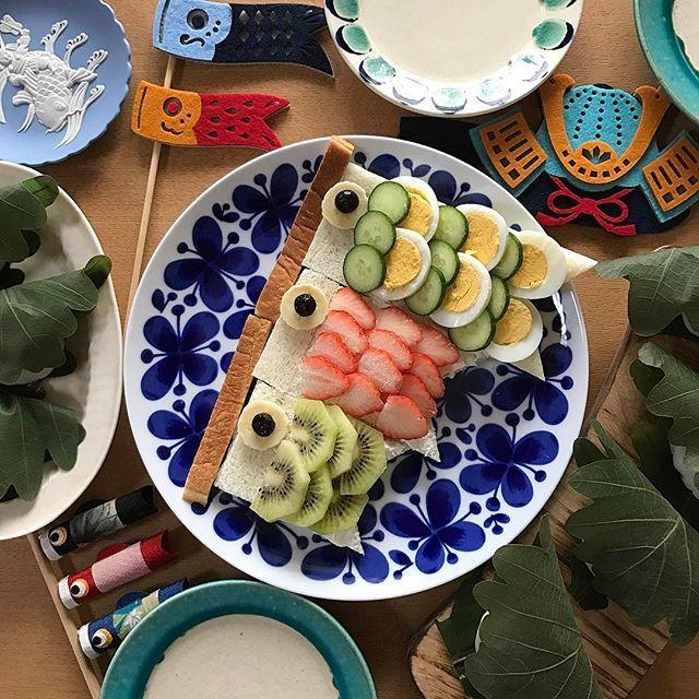 By @mariko_lifestyle on Instagram ☆2017/04/18 06:36:03 ☆ ☆こいのぼりオープンサンドと柏餅 2017.4.18 おはようございます( ⸝⸝⸝⁼̴́◡︎⁼̴̀⸝⸝⸝) 昨日少し早めの #端午の節句 。お皿をほとんど梱包してしまったので、去年と全く同じお皿に同じメニューのデジャヴ笑。違うことと言えば、去年は見せるだけでしたが、今年はオープンサンドも柏餅も大喜びで食べてくれたこと⑅︎◡̈︎* わんぱくムスコは、引越し準備中、空のダンボールに頭から落ちて、ダンボールから足だけ出してバタバタさせていたり…いつも隠しているお米を見つけて、両手に掴んで、家中撒き散らしてくれたり…ガムテープで遊び、両足にガムテープが絡んで身動き取れなくなって泣いていたり…家の中をリロリロリロリロリ〜♪と言いながら走り回ってとても楽しそうで、見てると笑えてきます。手伝ってくれているのかな笑⁇  フェルトの可愛いこいのぼりと兜は、さよさん❤︎ ( @sabosan34 )からのプレゼント⑅︎◡̈︎*フライングで使わせてもらいました♥︎︎∗︎*゚…