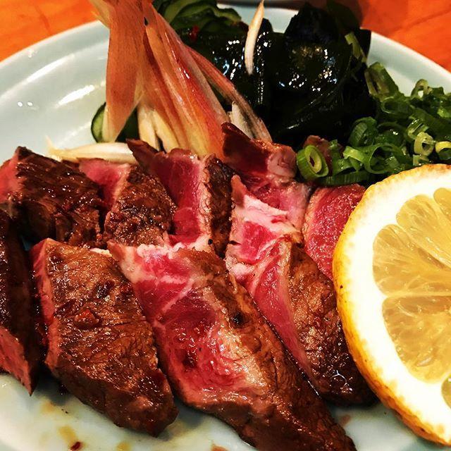 バイトが休みの日は味探訪にお出かけ。 国産イチボのタタキ、800円也。 一人で食べれる丁度良いサイズのお肉って嬉しい。 噛みしめるほどに肉の甘みやコクを感じる美味しい一品でした。  #和食と中華笑らい #広島市内 #居酒屋メニュー #ビール #肉 #ウマイ #エキニシ #イチボ #ひとりごはん #一人酒 #バイト休み #のほほん #幸せな1日