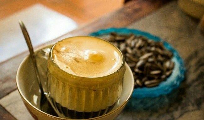 Café Sueco  Ingredientes (para 1porção):  60gramas decafé moído.400 gramas deágua.1gema deovo.Rum.4colherzinhas deaçúcar.Creme deleite fresco para bater.  Preparação:  Prepare ocafé normalmente, sirva-o emxícaras edeixe que esfrie umpouco. Coloque agema batida com açúcar erum. Acrescente ocreme deleite fresco batido agosto.