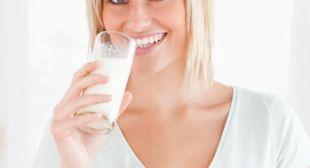 Getränke – Hier lauern versteckte Kalorien | Gesunde Lebensmittel  Morgens ein Milchkaffee, mittags eine erfrischende Apfelschorle und abends ein Glas Wein zum Abschalten. Zählen wir beim Essen auch noch so fleißig Kalorien, setzt unser Gesundheitsdetektor bei Getränken gerne mal aus. Säfte, Molkedrinks und Fruchtwasser sind doch schließlich harmlos, oder? Wir haben mal nachgerechnet, wie viel Kalorien in welchen Getränken stecken und welche flüssigen Dickmacher ...