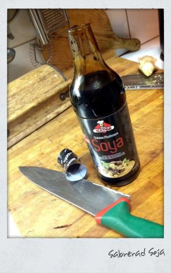 Hoppsan! Sabrerade visst en sojaflaska. | Sabering a soy sauce bottle for no reason at all.