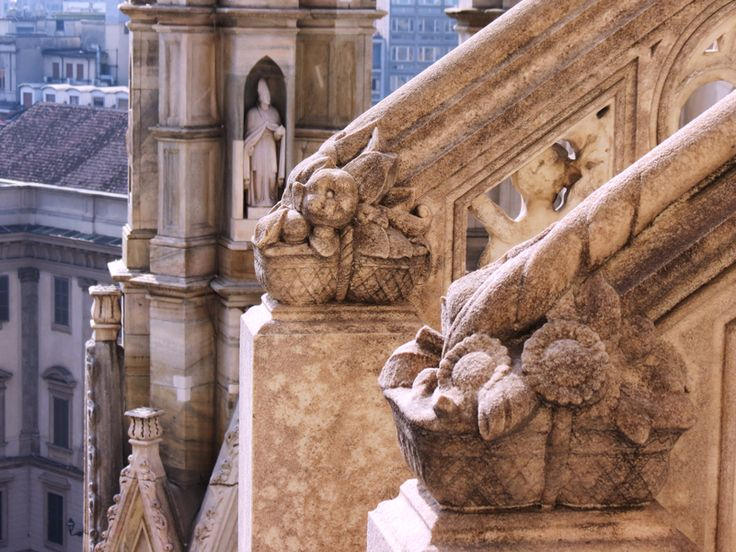 #Summer is getting closer and a couple of #picnic baskets shows up on the #milancathedral Terraces #food #duomodimilano