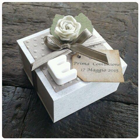 Per la Prima Comunione di Emma ho realizzato delle scatoline tipo le vecchie scatole di fiammeferi con del cartoncino grigio in d...