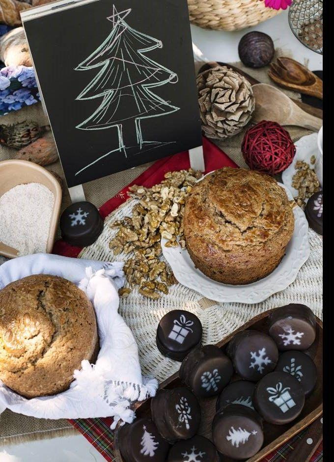 Pan de pascua para esta navidad...  Y alfajores con diseño especial para la ocasión... puedes pedir a contacto@violetapatisserie.cl