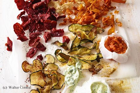 Gemüsechips mit Tomatendip und Basilikum-Käse-Dip