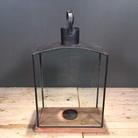 Μεταλλικό μαύρο φανάρι με ξύλινη βάση για να διακοσμήσετε τον χώρο σας και να δημιουργήσετε ατμόσφαιρα.Το NEDAshop.gr υποστηρίζεται από το κατάστημα μας όπου μπορείτε να δείτε όλα τα αντικείμενα από κοντά.http://nedashop.gr/Spiti-Diakosmhsh/fanaria/mayro-metalliko-ksylinh-vash-56ek