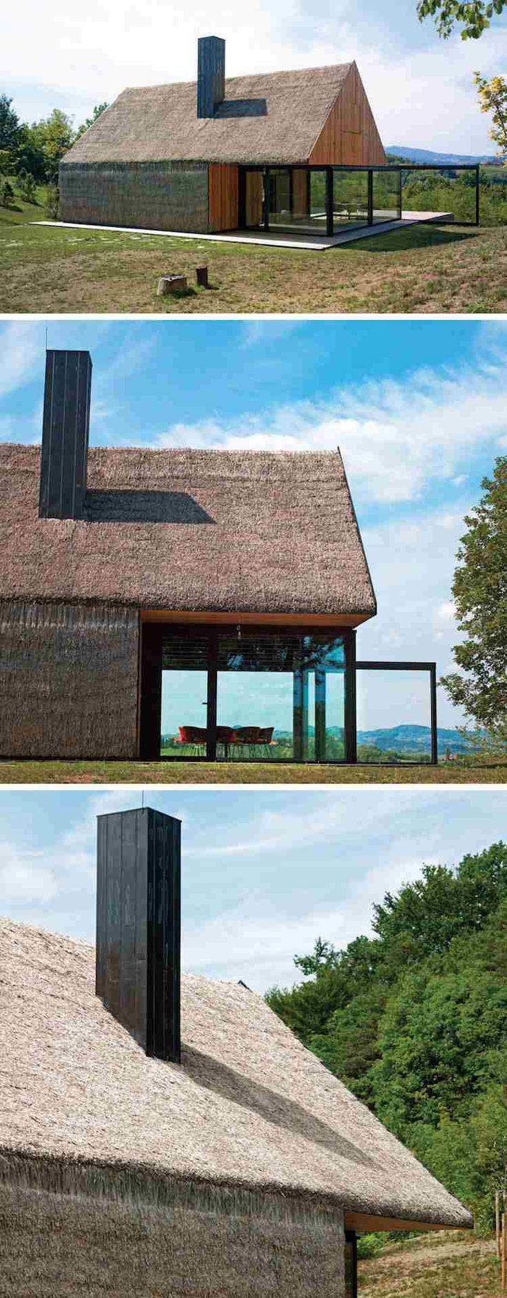 toit de chaume, bardage en bois et extension vitrée - l'architecture moderne mixe les matériaux de construction