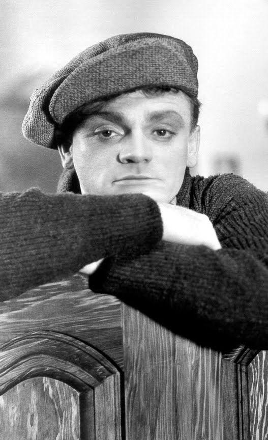 """James Cagney Su primera incursión cinematográfica fue en la película """"Sinner's Holiday"""" (1930), pero su primer papel significativo vendría con """"El Enemigo Público"""" (1931), un film dirigido por William Wellman y co-protagonizado por Jean Harlow en el que Cagney afianzaba su acerada imagen de gángster"""