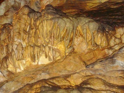 Hazánk lehosszabb barlangja leginkább cseppköveiről lett nevezetes, bár igazából sokkal jellemzőbbek rá a magas, hasadékszerű folyosók, a nagy szintkülönbségek, és a hévizek által kioldott gömbszerű oldásformák. A barlang 1919 óta kisebb megszakításokkal