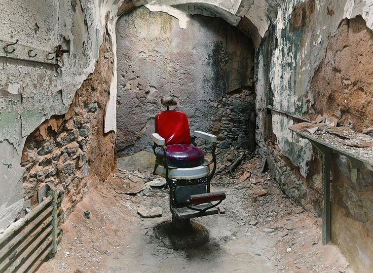 Verlassen & vergessen - David Whitemyer führt uns an unheimliche Orte  Alte und verlassene Krankenhäuser, Irrenanstalten oder andere Einrichtungen üben seit jeher eine gewisse Anziehungskraft auf uns aus und sind nich...