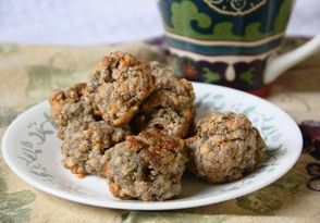 Love sausage balls but hate the nitrates in sausage and the weird fats in processed baking mixes? Make sausage balls the healthy clean eating way with this recipe and tutorial.  #recipes #sausageballs