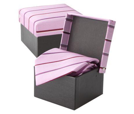 Luxusná hodvábna kravata André Philippe v ružovej farbe. Kravata je v darčekovej krabičke v rovnakom štýle ako kravata. Dodajte svojmu outfitu nový vzhľad a originalitu a doplňte Vašu kolekciu týmto luxusným doplnkom. Rozjasnite svoj nudný oblek kravatou z hodvábu značky André Philippe a buďte štýlový. http://www.hodvab.eu