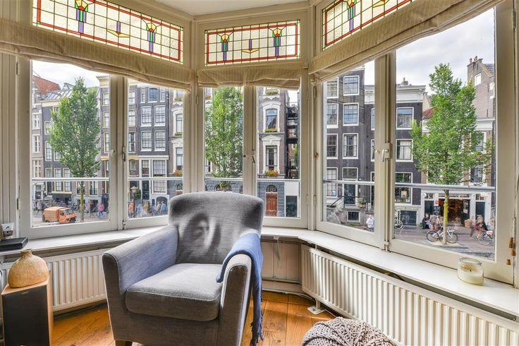 """Te koop: Oudezijds Achterburgwal 129-I, Amsterdam - Hoekstra en van Eck - Méér makelaar. Gelegen op een van de oudste grachten welke de stad heeft, waar 's ochtends bij het optrekken van de douw boven het water de rust en sereniteit je dag helpen starten. Je woont in een dorp, genaamd """"de Wallen"""", waar toevallig nog een stadje omheen ligt. 's Avonds begint het feest, met name een stuk verderop de gracht, waar veel toeristen zich vergapen aan al het schoon wat het dorp te bieden heeft."""
