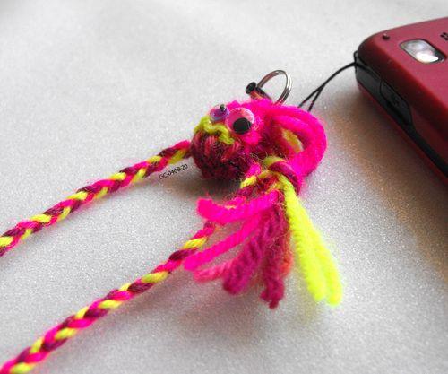 Petit toutou monstre funky breloque en laine pour telephone