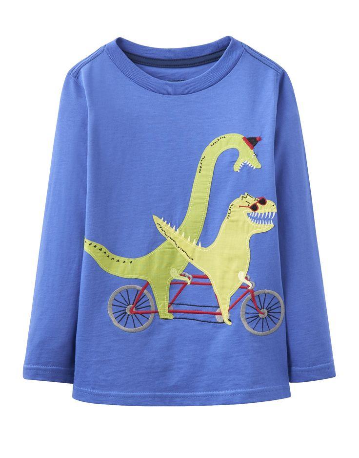 Tom Joule Dinosaurs on a bicycle appliqué T-shirt. Charlotte &George adore la marque Britannique Joules. Regardez la beauté de ses produits et à porter ils sont encore plus beaux et vraiment doux. Nous vous proposons ce t-shirt ml ton bleu avec les deux dinosaures à vélo hihihihi. Il est super ! Pour toutes les occasions.