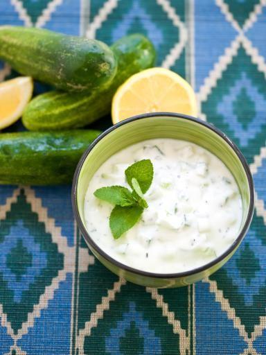 poivre, concombre, yaourts, huile d'olive, ail, sel, feuille de menthe