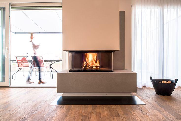 Der neue 3-seitige Kamin RÜEGG RIII, der dank Rundumperspektive Lagerfeuerromantik in den eigenen vier Wänden verbreitet und technisch mit raffinierten Details überrascht.