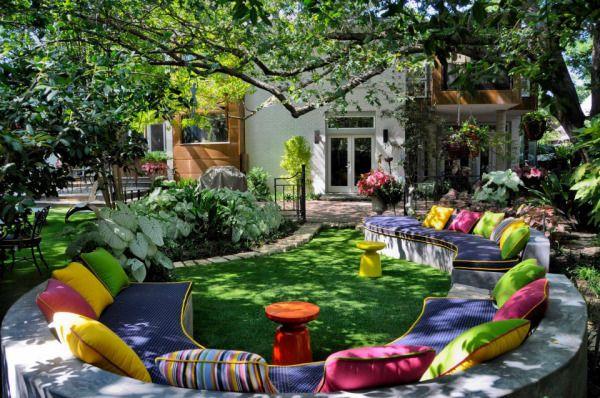Мягкая скамья на внутреннем дворике