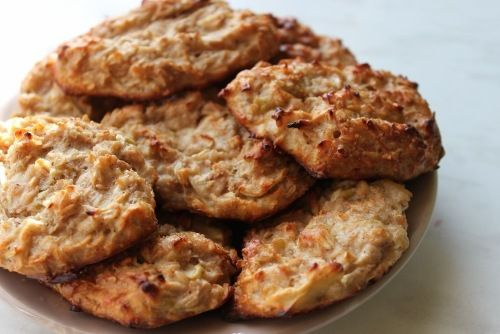 Biscuiții cu fulgi de ovăz suntdelicioși și sănătoși, care se prepară foarte ușor. Cu câteva ingrediente pe care le aveți cu siguranță în bucătărie și 2 banane coapte bine, puteți pregăti cele mai simple, aromate, crocante și folositoare prăjituri, perfecte și pentru cei care vor să-și mențină silueta. Acești biscuiți reprezintă o combinație ideală de …