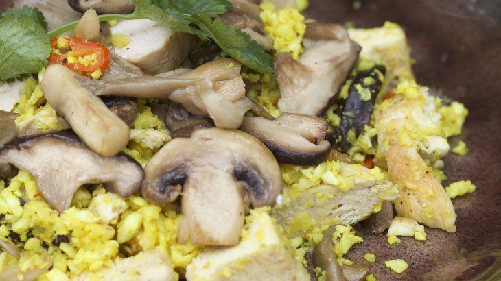 Hoofdgerecht Voedingswaarde Bloemkoolrisotto met kip en paddenstoelen p.p: 274,80 kcal Vet=5,75 gr Kh=4,54 gr eiwit=49,58 gr Bloemkoolrisotto met kip en paddenstoelen 2 personen Glutenvrij, lactosevrij, zonder suiker, geen noten  Benodigdheden 1 bloemkool ½ rode peper 2 tl kurkuma 2 kipfilets Paddenstoelen naar keuze  Bereiding Snijd de bloemkool in kleine roosjes en vermaal deze …
