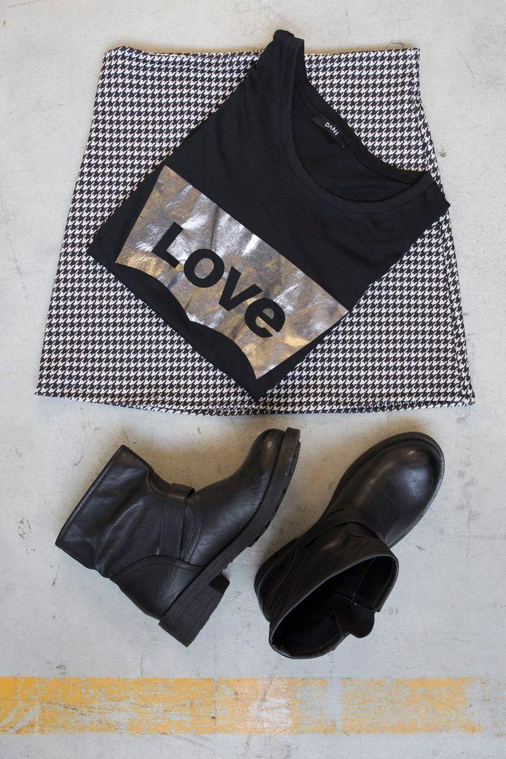outfit ai2017 ankle boots, t-shirt love e mini bianco nero trend 2017