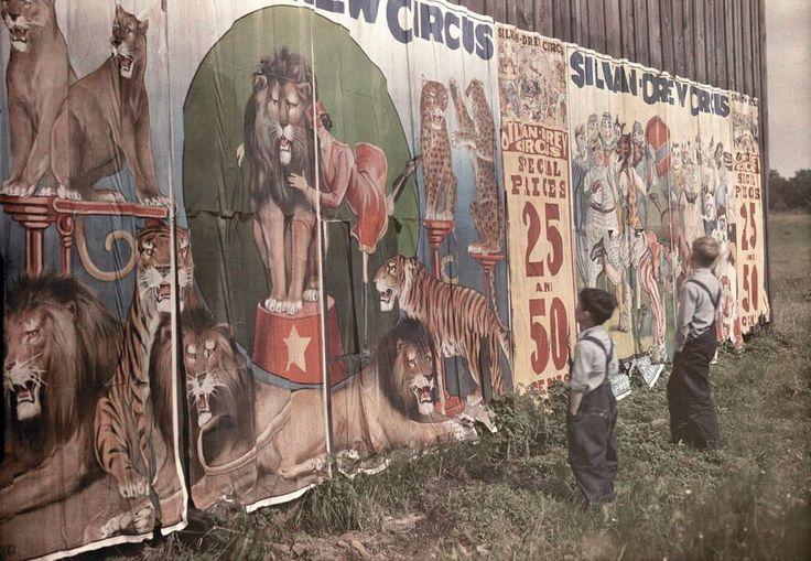 Sogni circensi Fotografia di Clifton R. Adams, National Geographic  Due bambini osservano affascinati il cartellone di un circo vicino a Bristolville, Ohio, 1931.