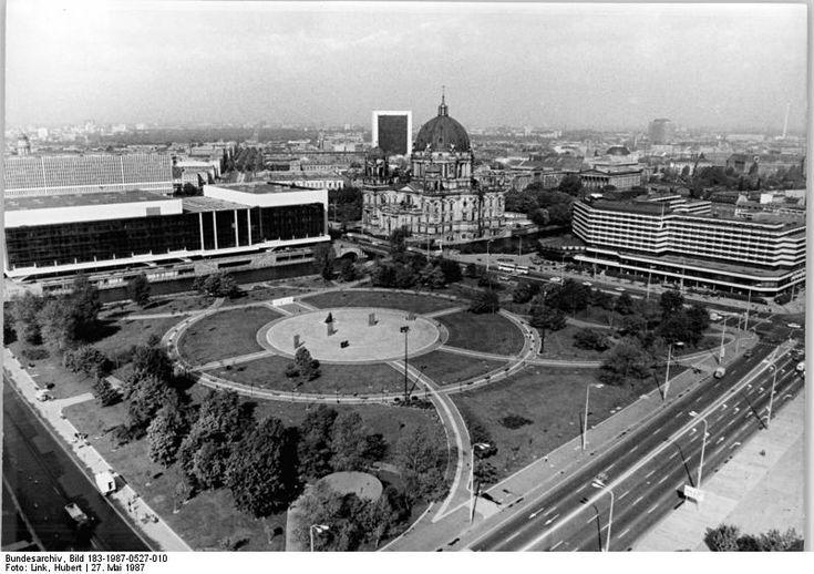 Berlin: Marx-Engels-Forum und der Palast der Republik