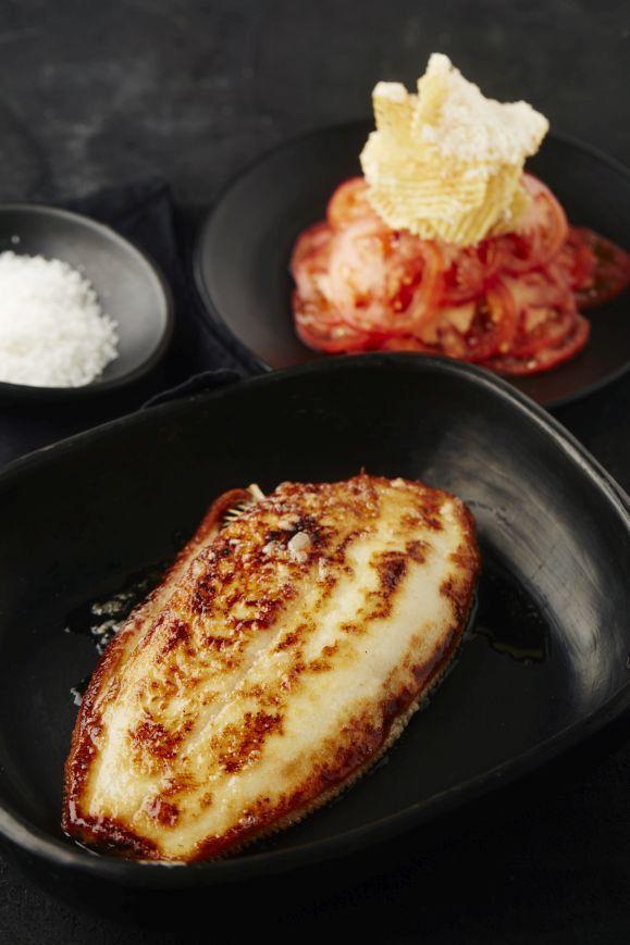 Recept tongschar op zijn geheel gebakken met boerenboter en een tomatenslaatje