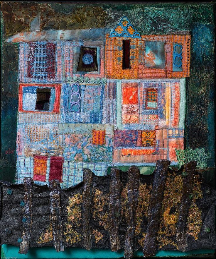 Saskia Weishut-Snapper. Zinsbegoocheling.  Een compositie in blauw en oranje van architectonische vormen waarbij ik me lekker heb uitgeleefd met frutsels, zoals kantjes en transparante stofjes. Op de voorgrond een verstevigd borduursel van stammen en gouden kreupelhout. De titel is ingegeven door zintuiglijke waarnemingen die niet met de werkelijkheid overeenkomen. Dat kunnen ook waanvoorstellingen zijn ten gevolge van druggebruik, of alcoholmisbruik!