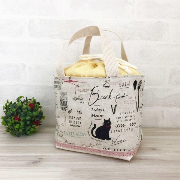 黒猫とカフェメニュー等がプリントされた生地でトートバッグを作りました。汚れてもネットを使用しますが洗濯機で洗えますのでランチバックやお散歩バックにお使いいただけます。また、お子様のお着換えバッグ(袋)としても使用できます♪●カラー:生成り 黒 グレー  緑 赤 黄色 ピンク●サイズ:マチをたてて縦18センチ 横17センチ マチ12センチ●素材:綿●注意事項:お洗濯はネットのご使用をオススメします。●作家名:la stoffa#巾着型トートバッグ #ランチバッグ #お弁当入れ #おしゃれ #かわいい #大人可愛い #丁度良いサイズ #手持ちのバッグ #ミニトート#中身が見えな #布雑貨 #バッグ #お出掛けバッグ #お買い物バッグ #お子様用 #子供 #お着替え袋 #ハンドメイド #handmade…